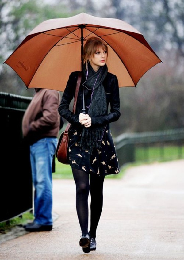 8635894 Singer Taylor Swift took time out of her busy schedule to visit the Diana, Princess of Wales Memorial Fountain on January 24, 2012 in Hyde Park, London, UK. Taylor was in a reflective mood as she quietly listened to music whilst reading the information plaque and viewing the iconic London landmark. As she walked around in the rain with a giant umbrella, the country music star fed the swans and greeted fans. Restriction applies: USA/AUSTRALIA ONLY FameFlynet, Inc. - Santa Monica, CA, USA - +1 (818) 307-4813
